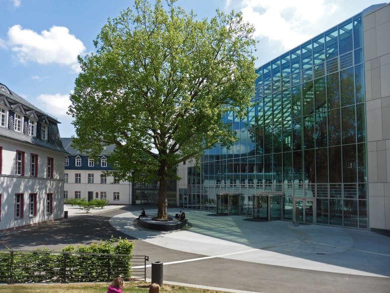 Blick auf die Universitätsbibliothek Marburg mit Innenhof und Baum