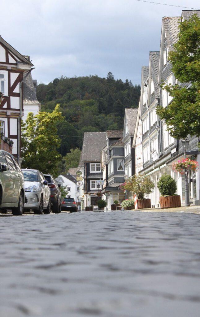 Fachwerkhaus gesäumte Straße unter blauem Himmel