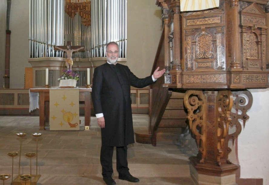 Pfarrer Braun in seiner Kirche
