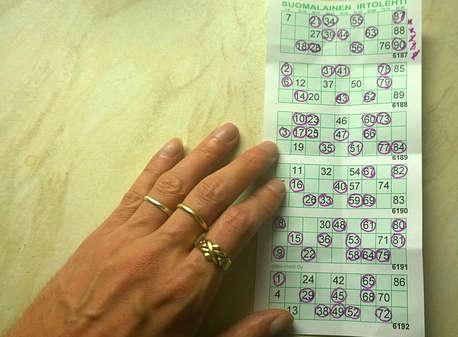 Eine Hand hält einen Bingoschein fest