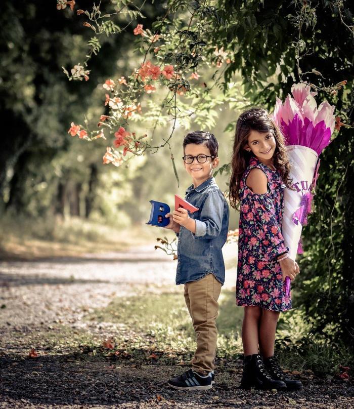 Junge und Mädchen mit Schultüte im Wald