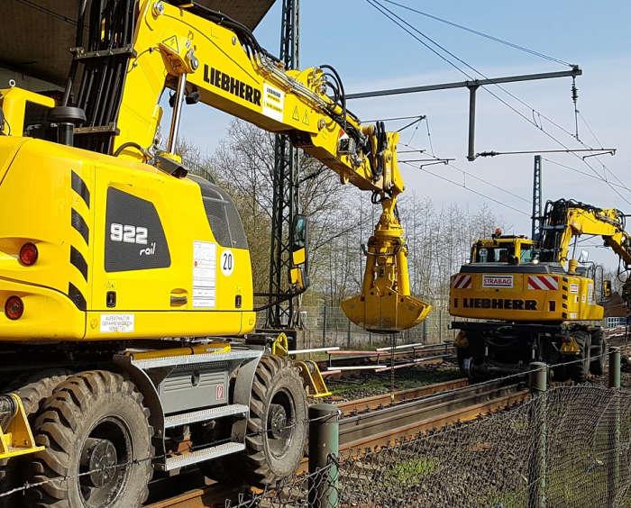 Baumaschinen auf Gleisen. 2 Stück. Gelb.