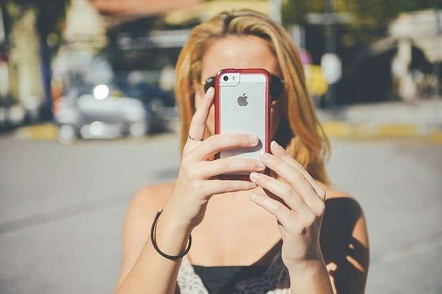 Frau fotografiert mit einem iPhone
