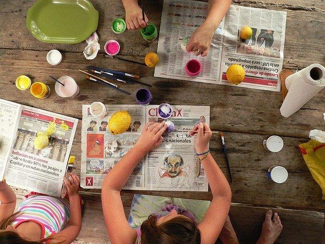 Kinder hantieren mit Malutensilien