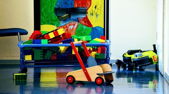 Kita mit Spielzeug auf dem Boden