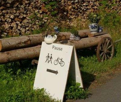 """Schild mit Symbolen und """"Pause""""."""
