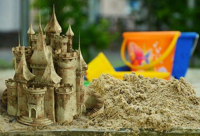 Sandkasten mit Burg und Eimerchen und schaufelchen