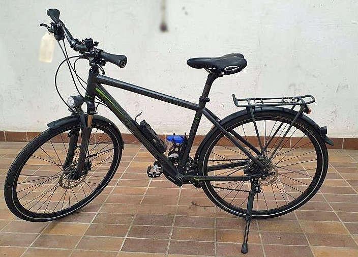 schwarzes Trekkingrad