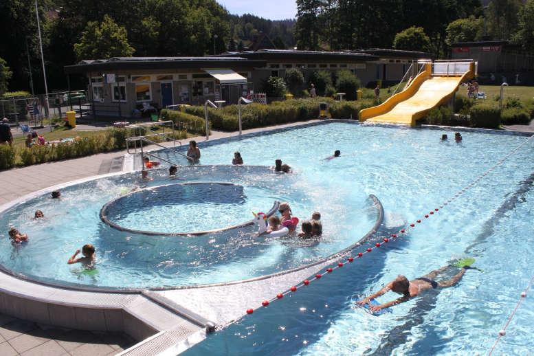 Blick von erhöhter Position ins Freibad mit Badegästen.