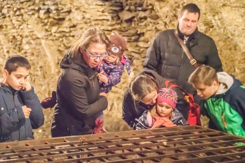 Familie schaut sich im Museum um.