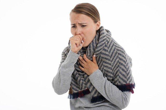 Frau niest in die hohle Hand