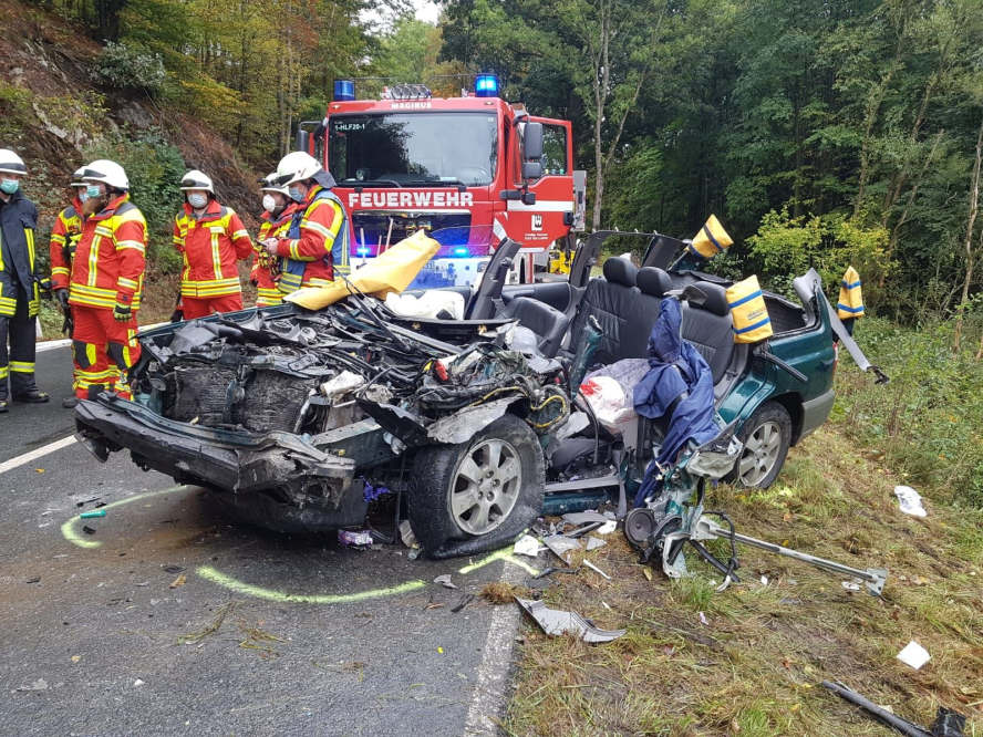 Unfallwagen, Feuerwehr und Einsatzkräfte