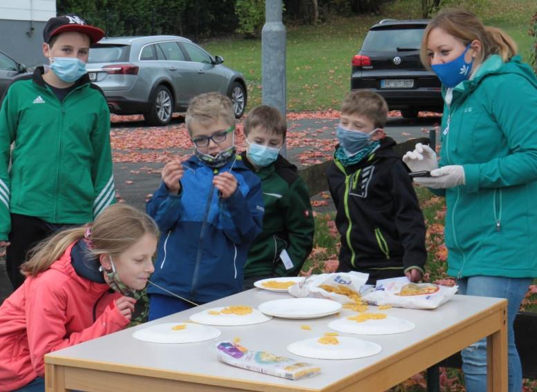 Spielende Kinder... alle mit Mundmaske