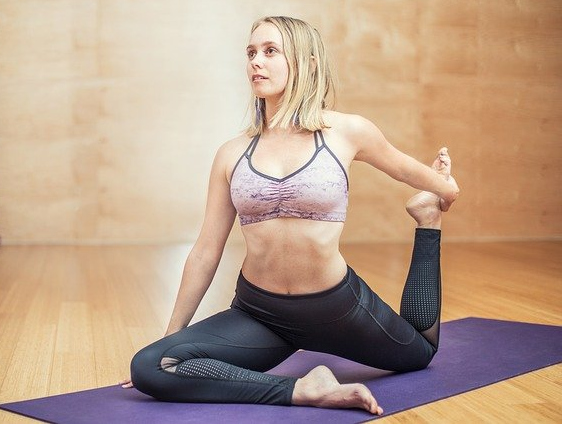 Sportlerin bei einer Yogaübung