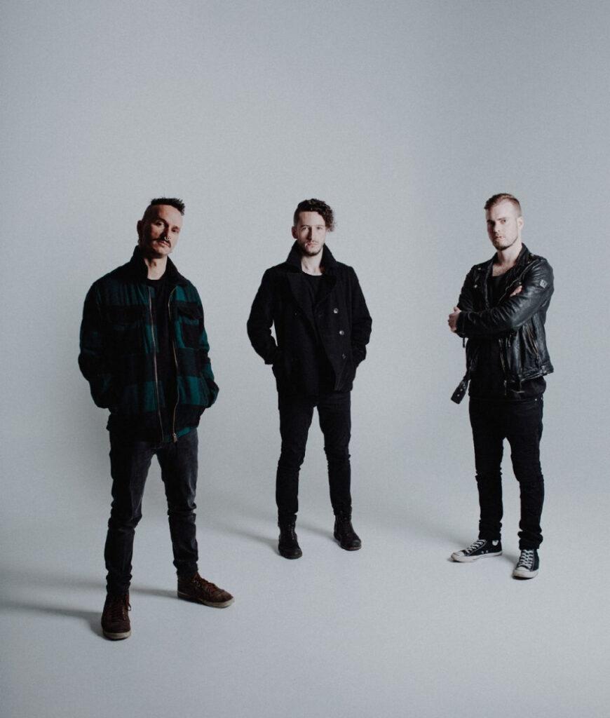 3 junge Männer in Schwarz