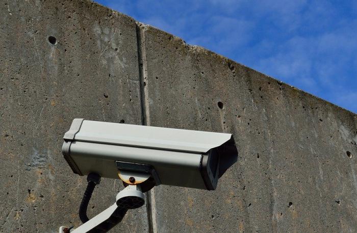 Überwachungskamera an einer Wand