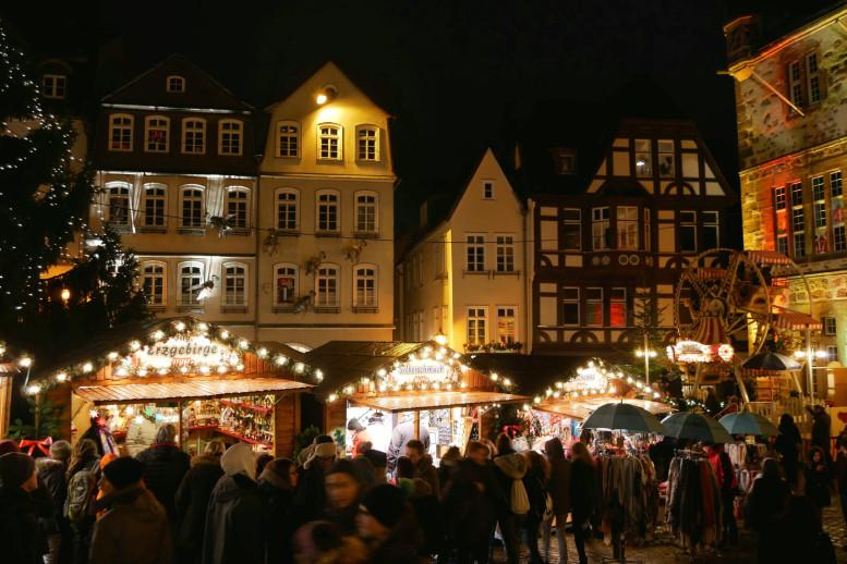 Weihnachtsmarkt mit Buden und Beleuchtung