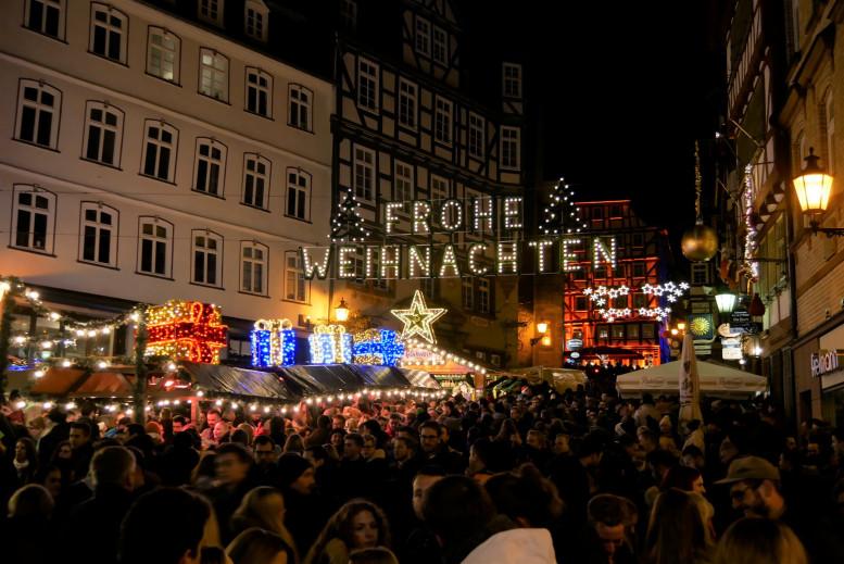 Weihnachtsmarkt mit hundertem Menschen