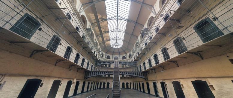 Gefängnis. Innen. Viele geschlossene Türen.
