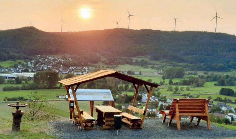 """Die Ruhestation am """"alten Flugplatz"""" mit Blick auf Kombach und das Lahntal."""