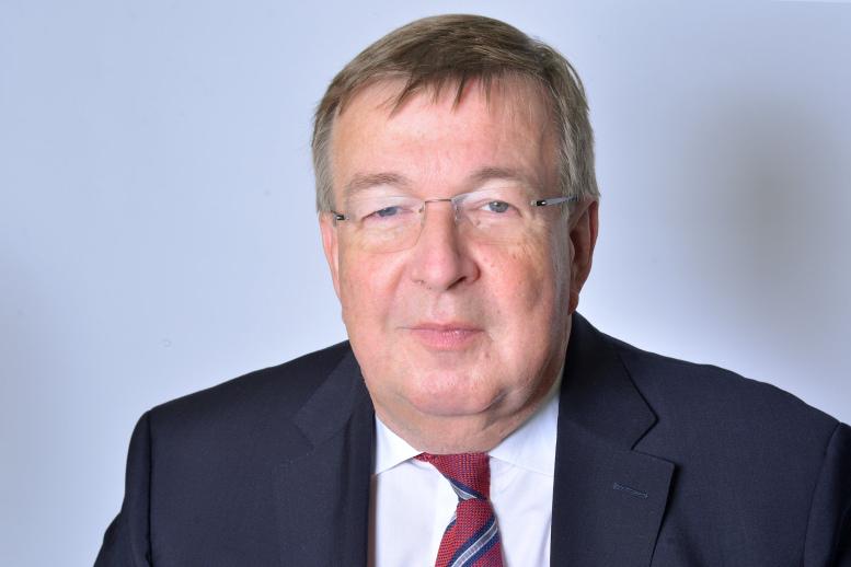 Burghard Loewe vor neutralem Hintergrund