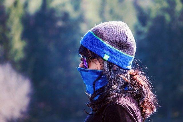 Frau mit WInterkleidung und Mund-Nase-Schutz