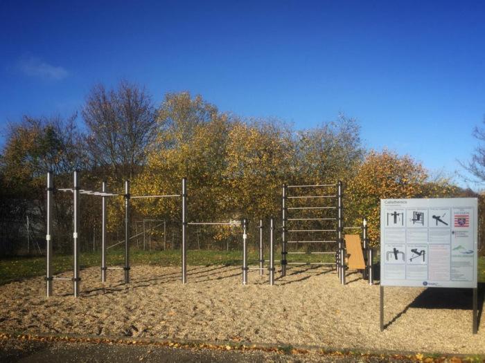 Outdoor-Fitness-Platz mit Geräten aus Edelstahl