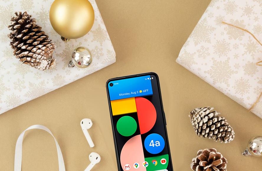 Verpackte Geschenke, Weihnachtsdeko und ein Smartphone