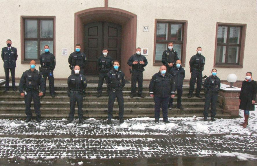 13 uniformierte Beamte und die Landrätin vor einem Gebäude.