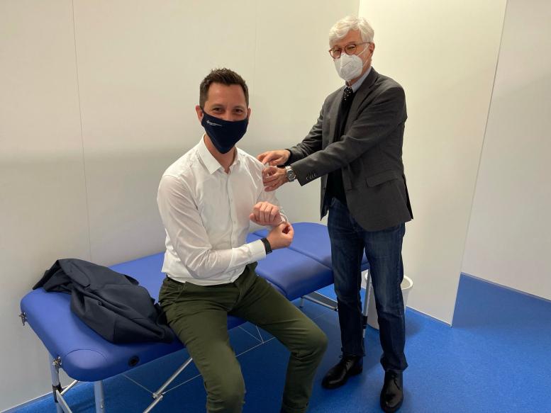 Zwei Maskierte im neuen Impfzentrum