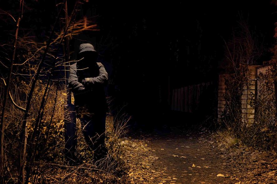 Nachts auf einem dunklen Weg ein unheimlicher Mann