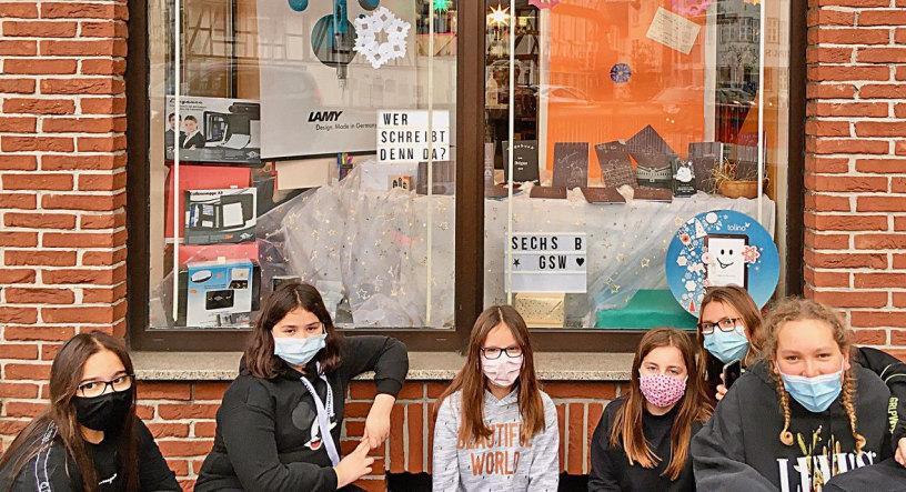 Sechs Schülerinnen vor dem Schaufenster