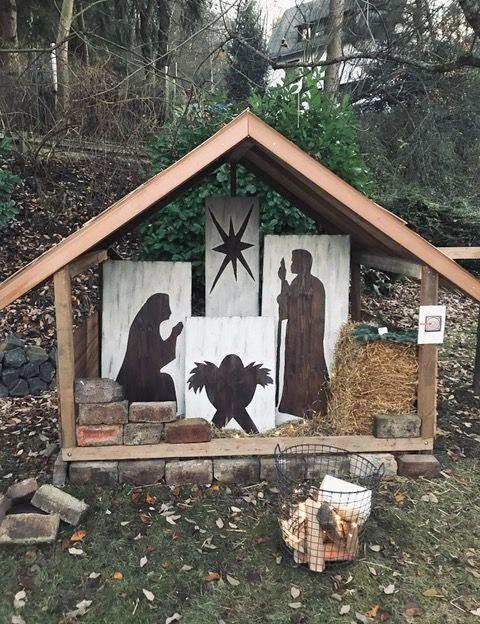 Eine Krippe am Waldrand, etwa knapp 2 Meter groß. Mit Maria, Josef, dem Heiland und dem Stern.