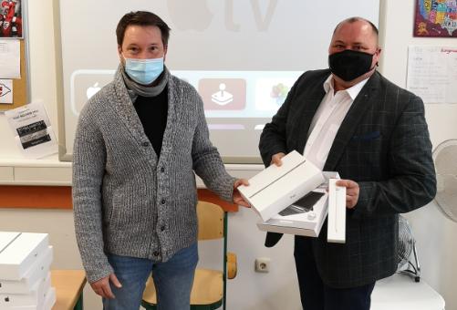 2 Männer mit Mundschutz und iPad