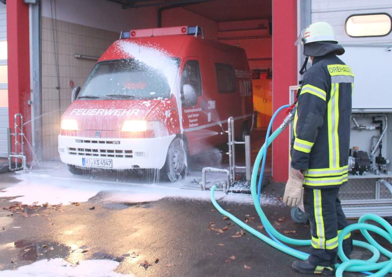 Feuerwehrfahrzeug wird vom Feuerwehrmann desinfiziert