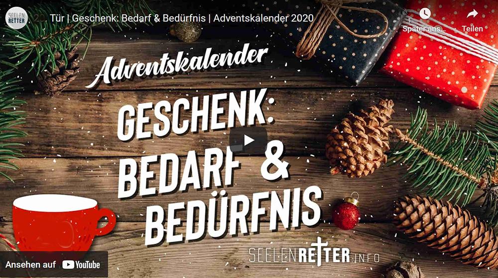 """Weihnachtlich dekorierter Hintergrund mit Geschenken. Schriftzug""""Geschenk: Bedarf & Bedürfnis"""""""
