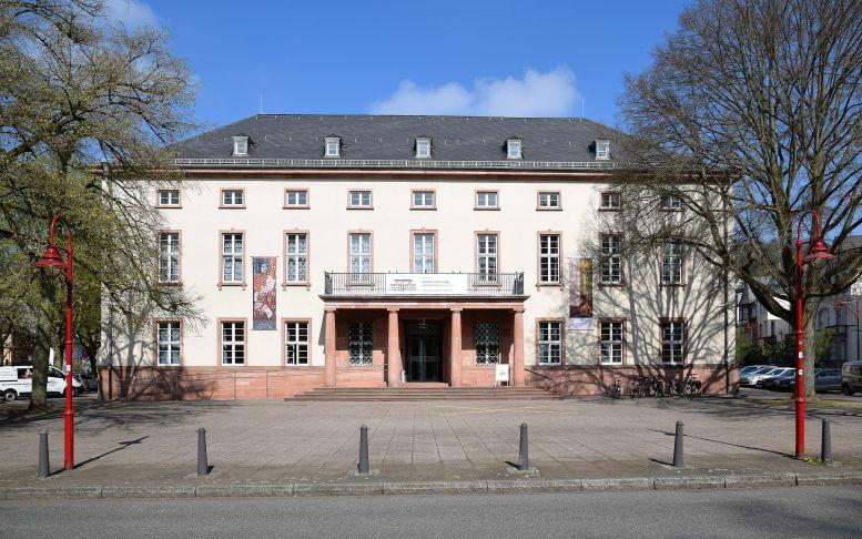 Ein altehrwürdiges Gebäude mit Sprossenfenstern