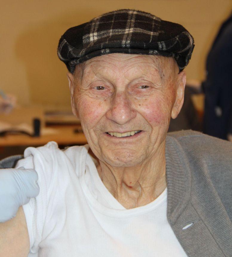 sehr alter Mann wird geimpft