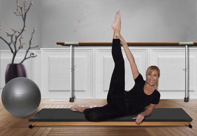 Frau auf einer Turnmatte bei Pilates-Übungen