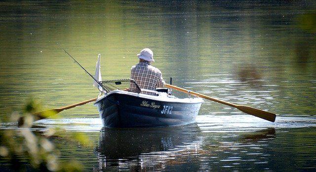 Angler im Boot auf einem ruhigen See.