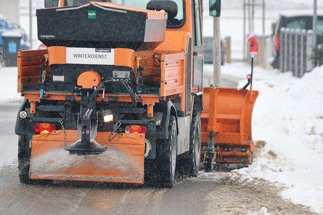 Schneeräumfahrzeug auf einer winterlichen Straße