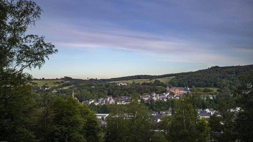 Landschaftsbild, Blick auf ein Dorf in wäldlicher Umgebung