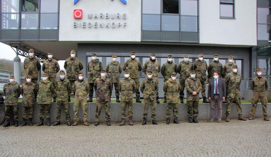 Etwa zwei Dutzend Soldaten vor dem Gesundheitsamt zum Gruppenfoto aufgestellt.