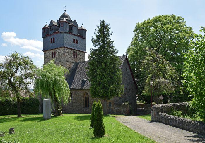 Kirche mit Kirchturm auf grüner Wiese
