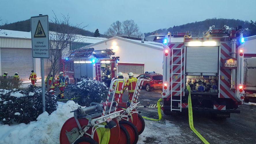 Einsatzkräfte und Feuerwehrfahrzeug