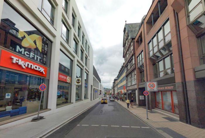 Innenstadtstraße gesäumt von Geschäften