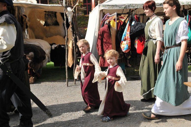 mittelalterlich Gekleidete auf einem Markt