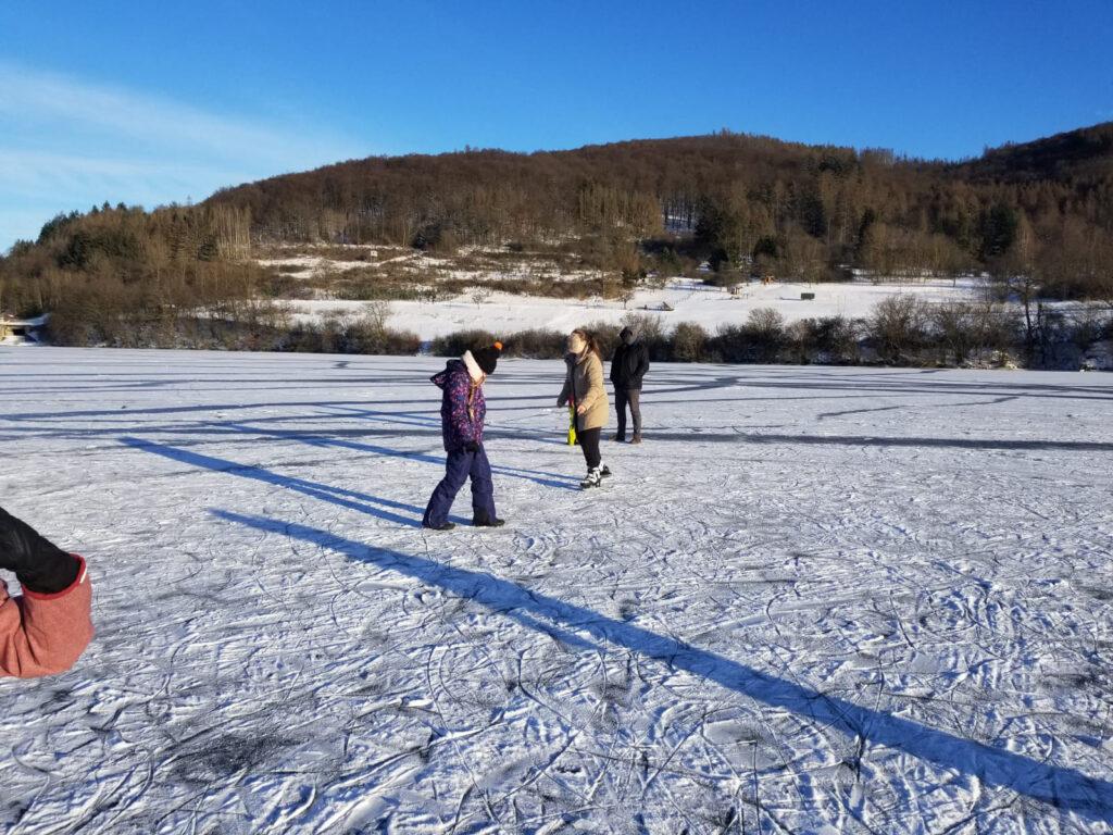 Vereinzelt Besucher un Winterkleidung auf der Eisfläche