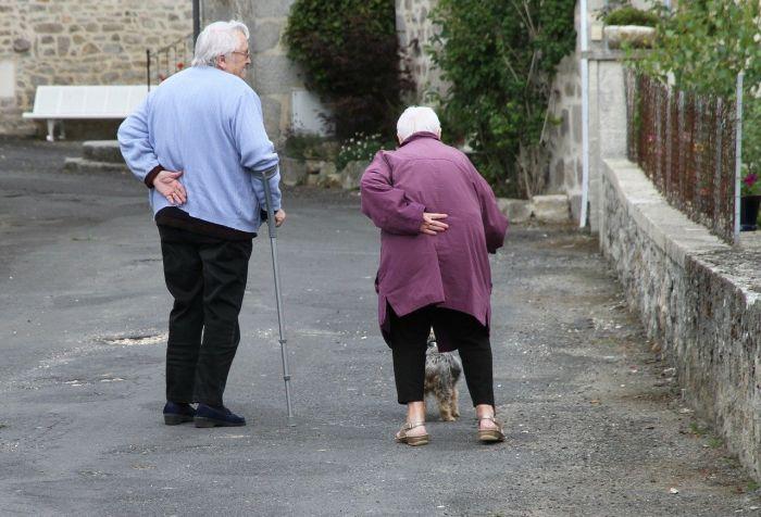 2 alte Leute die schlecht laufen können auf einer Straße