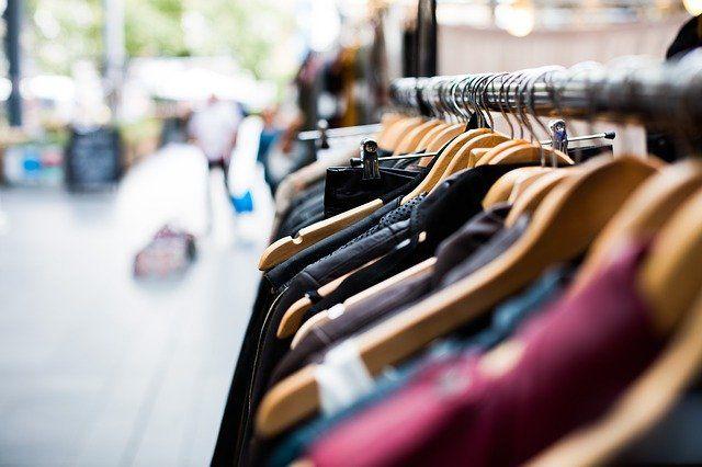 Kleiderständer mit Textilien in einem Laden.